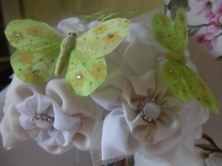Ramos de novia con mariposas verdes y flores de seda conbotones de Nácar.http://algodondeluna.blogspot.com.es/