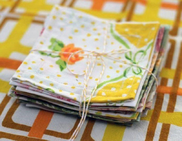 Puedes crear pañuelos o bien servilletas ornamentales para tu casa con los mejores pedazos de tus sábanas viejas.