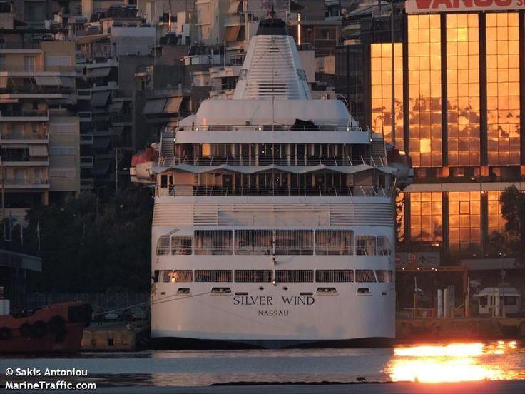 Το Silver Wind πλευρισμένο σούρουπο στον Πειραιά. 30/05/2015.
