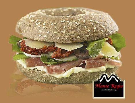Sándwich de jamón serrano #MonteRegio, queso parmesano, tomate, aceitunas negras, albahaca y rúcula ¿quién quiere?