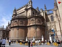 La primera piedra se colocó en el año 1403, donde luego se ubicaría la Capilla de San Laureano, la primera en acabarse y donde fue enterrado el arzobispo Alonso de Exea, muerto en 1417. En 1432 ya estaba terminada la mitad occidental de la catedral, por lo que se pidió el correspondiente permiso al monarca Juan II para demoler la vieja Capilla Real; autorización que fue concedida, haciendo posible la continuación de las obras, que se finalizaron primero en 1506 al cerrarse completamente s