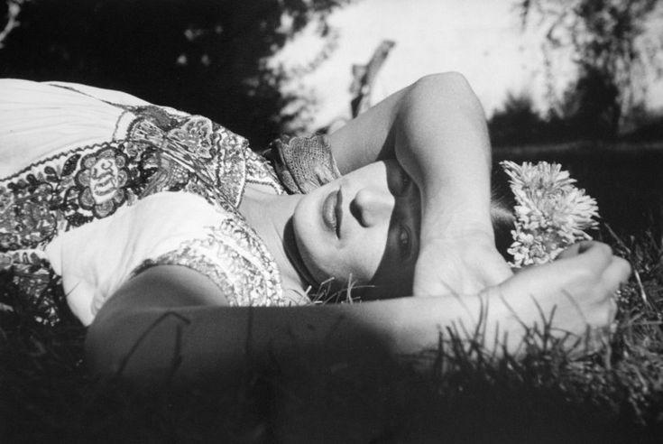 Frida Kahlo, en Xochimilco, fotografía Leo Matiz, 1941