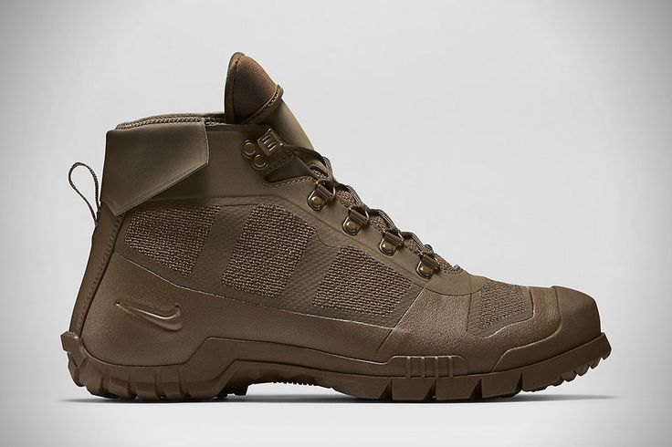 Inspired by Bill Bowerman's (US track and field coach and co-founder of Nike) service in World War II, the Nike SFB Mountain boot is built to be tough, rug Tactical Boot