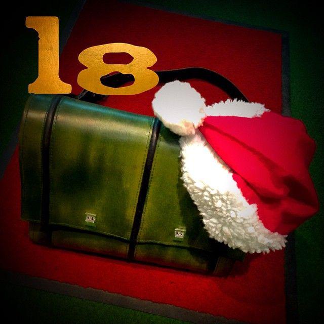 Der Weihnachtsmann trägt heute Grün   Emmanuel Dumas . Fatt' a mano Ledertaschen und Accessoires handmade in Hamburg   aktuelles.emmanueldumas.de