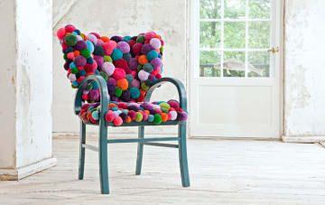 Esta está hecha por un diseñador alemán pero sin duda puedes hacer una cubriendo una silla de mercado de pulgas con pompones de colores.