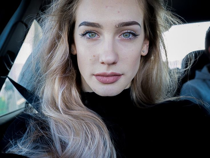 Selfie ideas instagram MARA M ALEXANDRA winter snow make up wing blue green eyes big lips blonge white perfecf skin