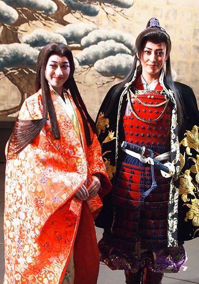 写真:月城かなと(右)と有沙瞳=兵庫県宝塚市、河合真美江撮影