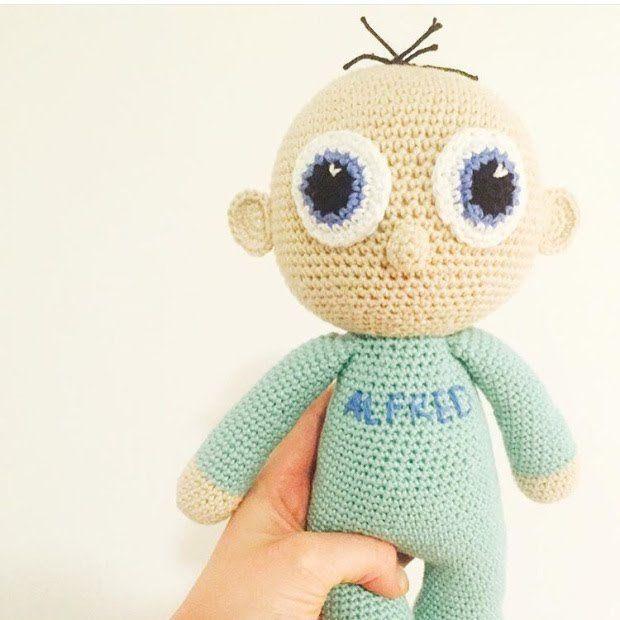 Her er Alfred. Alfred har mange navne, og kan både være en dreng eller pige. Alfred er en version af Paula med Pilotbriller lavet af Janni Skau Christensen (ig: @frauskau. Og jeg…
