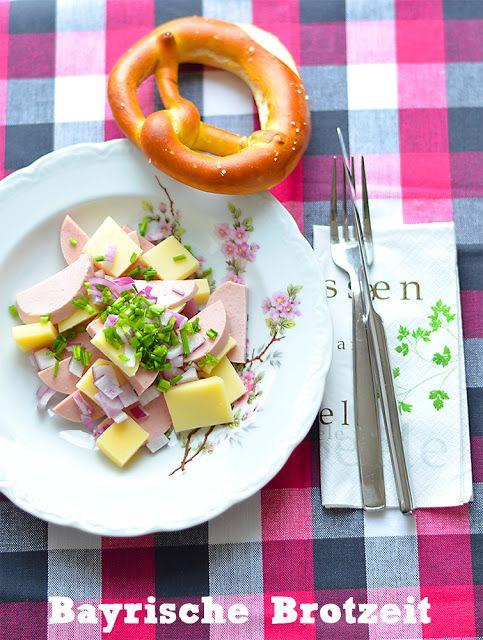 Bayrische Brotzeit mit leckerem Wurstsalat und Bretzel