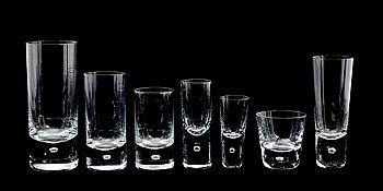 """.""""Pippi"""", Walter Hickman, Kosta. 34 höga cocktailglas (höjd 15 cm). 14 snapsglas (höjd 10 cm). 11 glas (höjd 13 cm). 18 highballglas (höjd 17 cm). 8 smala glas (höjd 12 cm). 7 glas (höjd 10,5 cm). 11 whiskyglas (höjd 7,5 cm). Några etikettmärkta."""