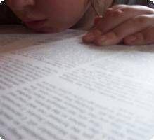 La dyslexie correspond à un trouble de l'apprentissage du langage écrit. Elle fait partie, avec la dysphasie, la dyspraxie ou la dyscalculie, des troubles spécifiques des apprentissages. Ce trouble peut concerner des enfants normalement scolarisés ne présentant ni problème sensoriel (audition, vision), ni déficience intellectuelle, ni lésion neurologique.