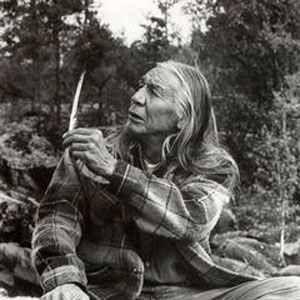 """Floyd Red Crow Westerman  As an early activist in the American Indian Movement (AIM) he said simply: """"We saw injustice going on and we wanted to stop it.""""  Als einer der ersten Aktivisten der American Indian Movement (AIM), sagte er nur: """"Wir haben diese Ungerechtigkeit gesehen, und zogen los und wir wollten sie stoppen."""""""