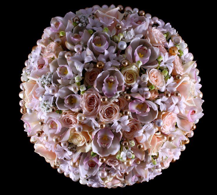 Pyöreä helmin koristeltu morsiuskimppu.