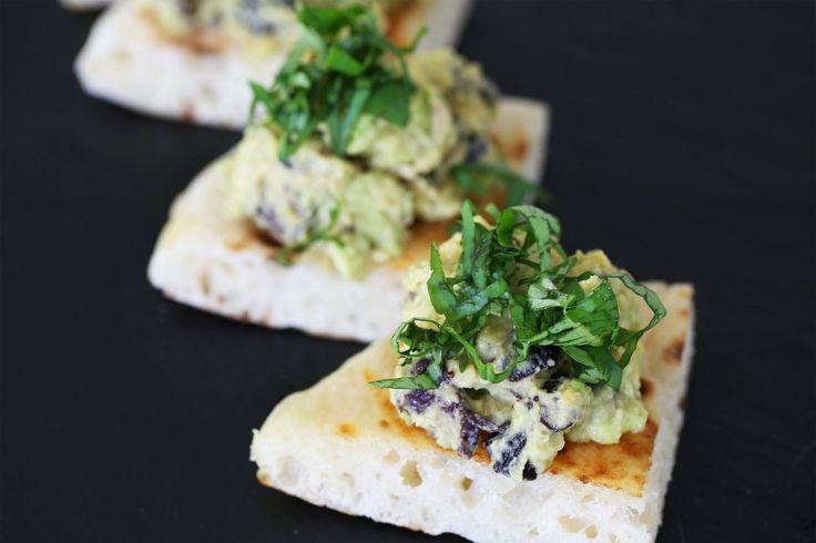 Son yıllarda dünyanın en popüler kahvaltı alternatiflerinden biri olan Avokado'lu Ekmek modasına ben de katıldım :) Ama biraz daha farklı, bol malzemeli bir seçenek ile..  Malzemeler:  2 Avokado 5 yap