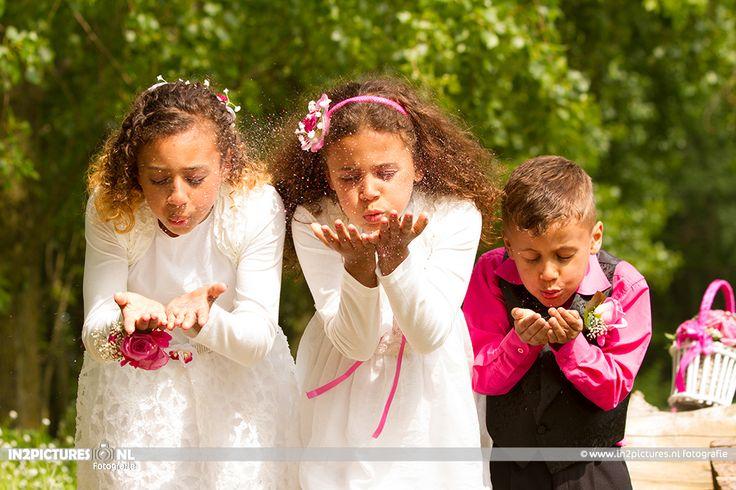 Bridesmaids blowing sparkles... love it Wedding photography  #marriage #wedding #sparkles #Holland www.in2pictures.nl Bruidskindjes blazen glitters weg.. Bruidsfotografie #trouwen #glitters #bruidsfotografie #Rotterdam #eilandvanbrienenoord