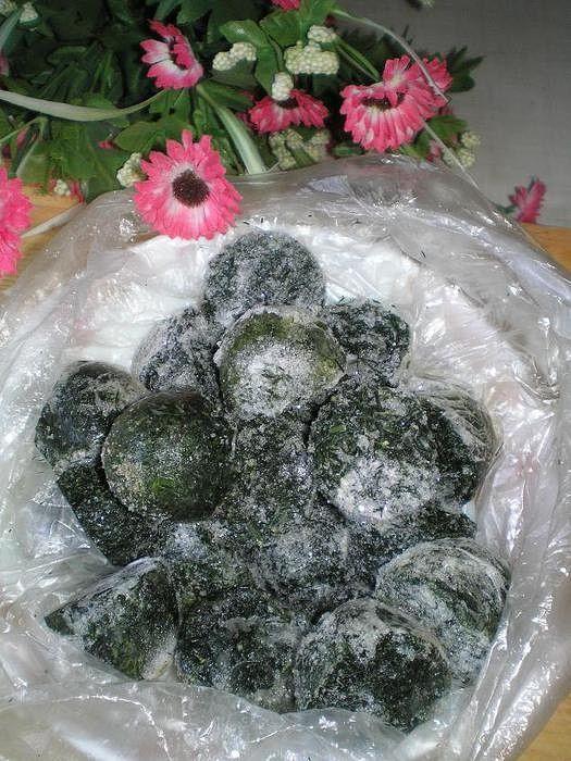 Замороженная пряная зелень на зиму.  Мы очень любим борщ с сельдереем, а заготавливаю я его, уже много - много лет, замороженным. Да и другие пряные травки, укроп, петрушку, базилик тоже.  Сегодня я «морозила» сельдерей, решила показать, может и вам пригодится.  Вначале естественно хорошо промываю, потом я отделяю крупные стебли от веточек с листиками. Мелко шинкую и раскладываю в пластиковую формочку для яиц. Есть у меня такая уже старенькая, и использую я её именно для заморозки всегда. В…
