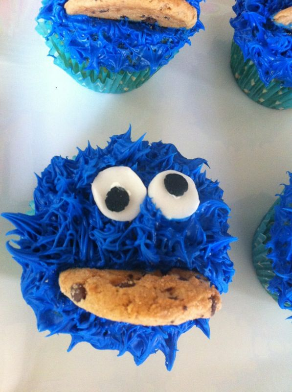 Estos cupcakes los hice para el cumpleaños del hijo de una amiga. Son mucho más fácil de hacer de lo que aparentan y a los niños les encantan. También pueden encontrar la receta para hacer Elmo y Abelardo (Big Bird). Prepara esta deliciosa receta, les encantará.