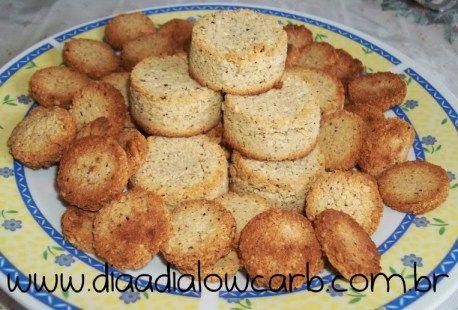 """Uma das delícias do mundo lowcarb/paleo é fazer biscoito, e o mais sensacional (atéagora) é o biscoito de coco, muito simples, prático, delicioso e com pouquíssimos carboidratos associados, e dá para fazer várias combinações.  Quando minha noiva fez esse biscoito eu pensei: """"Essa é a comida lowcarb mais delicioasa que existe""""! Eu faço toda..."""
