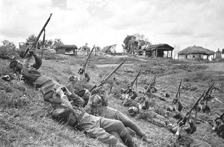 Снайпера ведут огонь по самолетам противника, 1943 год