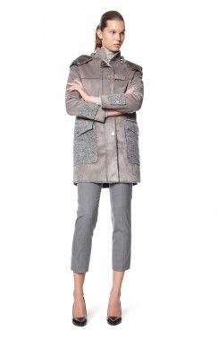 ECO-LEATHER COAT PIPING  Trenca estilo abrigo de eco-cuero con forro de piel y bolsillos grandes y contrastantes fleck puños de punto. Es fijación zip y tiene una capucha desmontable.