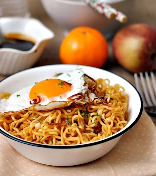 "homemade ""instant mi goreng"" 1 small onion caramelized, 1 tbsp kecap manis (1 part soy sauce to 1.5 parts brown sugar), 1 tbsp Sriracha, 3 drops of sesame oil, splash of soy sauce, 2 packets of instant noodles (discard the enclosed seasoning sachets)"