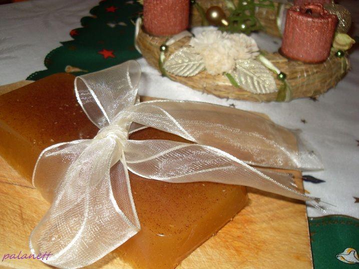 Kicsik és nagyok kedvence, egészséges és alakbarát verzióban! A gumicukor készíthető narancsból, mandarinból vagy citromból, de próbálkozhatunk tiszta szőlő- vagy uborkalével is.   Én most gyümölcsteából készítettem, megbolondítva némi karácsonyi fűszerkeverékkel.   Hozzávalók:   - 3 dl gyümölcstea   - 6...