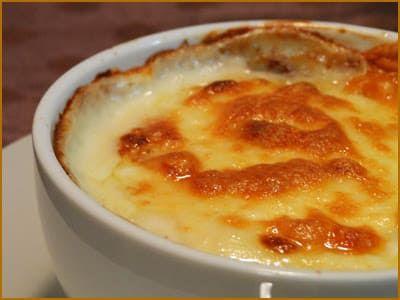 Nesta versão express, é só fazer uma camada de carne moída, uma de requeijão ou cream cheese e cobrir com queijo. Veja aqui a receita.