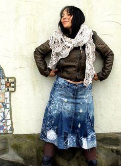 Handgemalte Schneeflocken verrückte Spitze appliziert Knie Jeansrock. Hergestellt aus recyceltem Kleidung. Erneuert, wiederverwendet und Upcycled. Sehr nützlich und komfortabel. Hippie Boho. Ein von einer Art. Größe: S-M (Europäische 36-38) können Sie tragen es auf Höhe der Taille oder Hüfte Ebene. Uper Linie (Gürtel) (Taille oder Hüfte Ebene) ist - 33 Zoll (84 cm) Hüften max 41 Zoll (104 cm) Länge ist ca. 26 Zoll (65 cm)