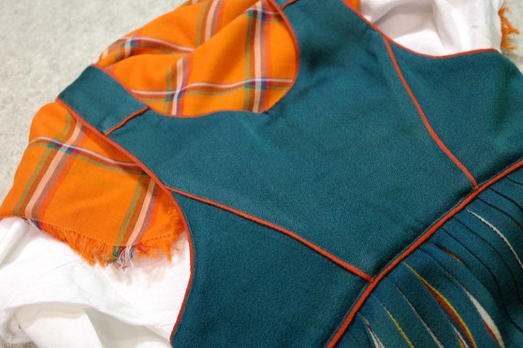 U.T. Sireliuksen kokoama Peräpohjolan puku nähtiin ensi kerran valtakunnallisessa kotiteollisuusnäyttelyssä Tampereella vuonna 1922. Oma pukuni on Helmi Vuorelman tuotantoa 1900-luvun loppupuolelta…