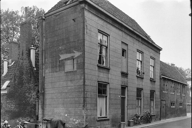 Gepleisterde lijstgevel voor een huis, gedekt door een schilddak in Dordrecht | Monument - Rijksmonumenten.nl