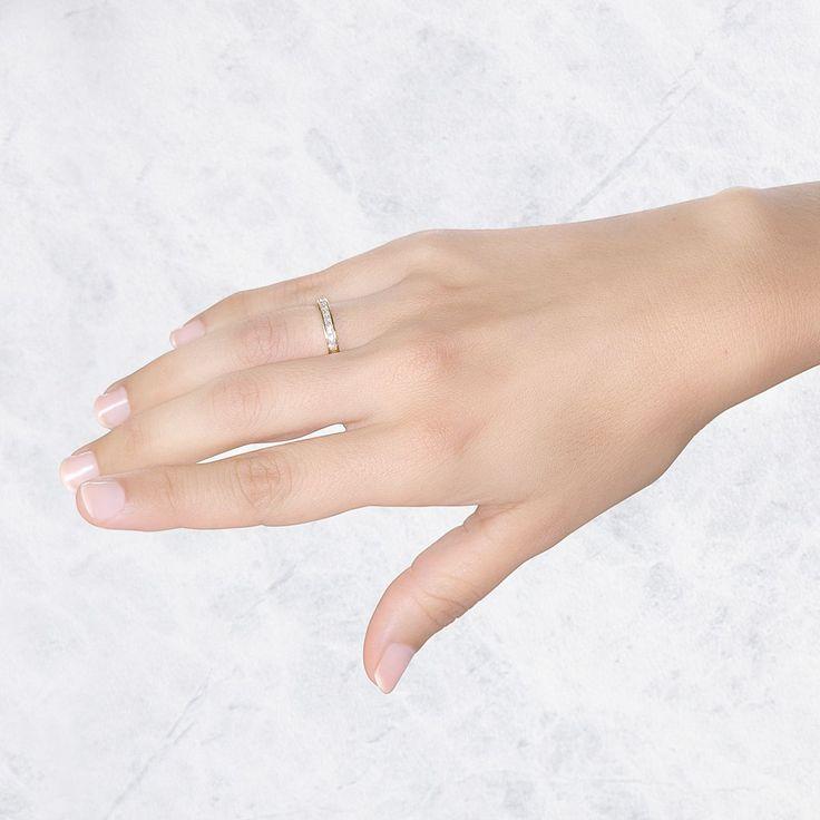 Un maravilloso anillo de compromiso con 9 diamantes 0.44ct, en oro amarillo de 18 quilates. Una joya para deslumbrar.
