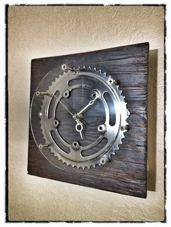 Clock made with a bike gear.