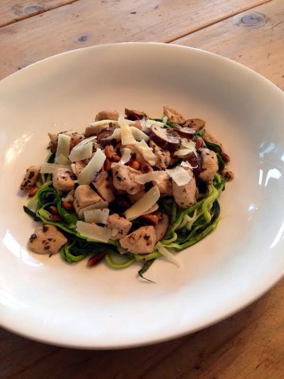 Courgettepasta met kip, champignons en pesto