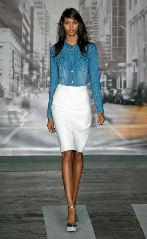 DKNY falda blanca y camisa de mezclilla