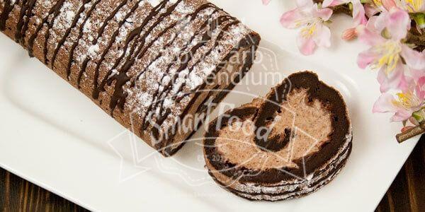 Low Carb Schokoladen-Sahne-Rolle ist so lecker schokoladig. Gefüllt mit einer Creme mit echter Schokolade eine süße Köstlichkeit zum Kaffee.