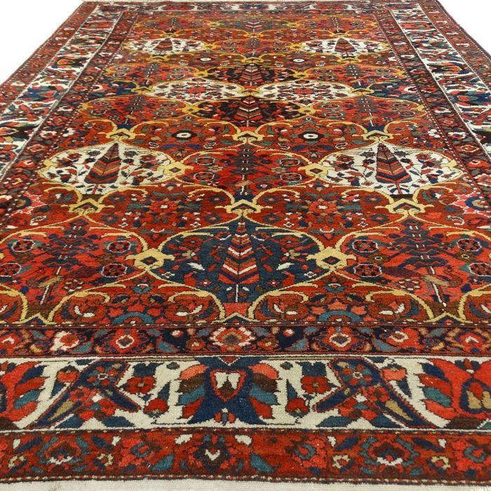 """Semi antieke Bakhtiar - 312 x 211 cm. - """"Perzisch rijk gedecoreerd kleed in mooie staat"""".  Dit is een handgeknoopt Bakhtiar-tapijt gemaakt van duurzame natuurlijke materialen. Imperfecties in de patronen en de vorm maken dit kleed tot een unicum en benadrukken het authentieke en ambachtelijke karakter. Het betreft hier een gebruikt tapijt vaak mooier en karaktervoller geworden door het natuurlijke verouderingsproces.Bakhtiar is een nomadenstam die leeft in het midden van Iran. Vaak is een…"""