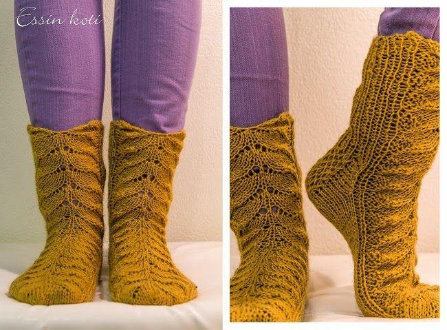 PItsivillasukat piirakkaneuleella / wool socks with lace Essin koti -blog  http://essinkoti.blogspot.fi/2014/11/piirakkavillasukat.html