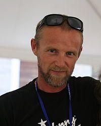 Jo Nesbø (Oslo, 29 maart 1960) is een Noors popmuzikant bij de in eigen land zeer bekende band Di Derre, en schrijver van misdaadverhalen en kinderboeken. Het hoofdpersonage van zijn verhalen is de aan drank verslaafde commissaris Harry Hole.