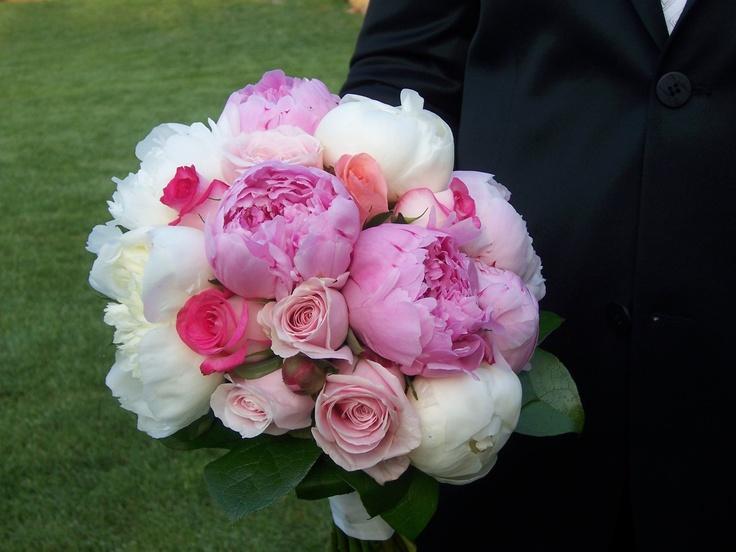 Νυφική ανθοδέσμη με παιώνιες λευκό και ροζ, τριαντάφυλλα N'joy, Toscanini, Sweet Avalanche και πρασινάδες.