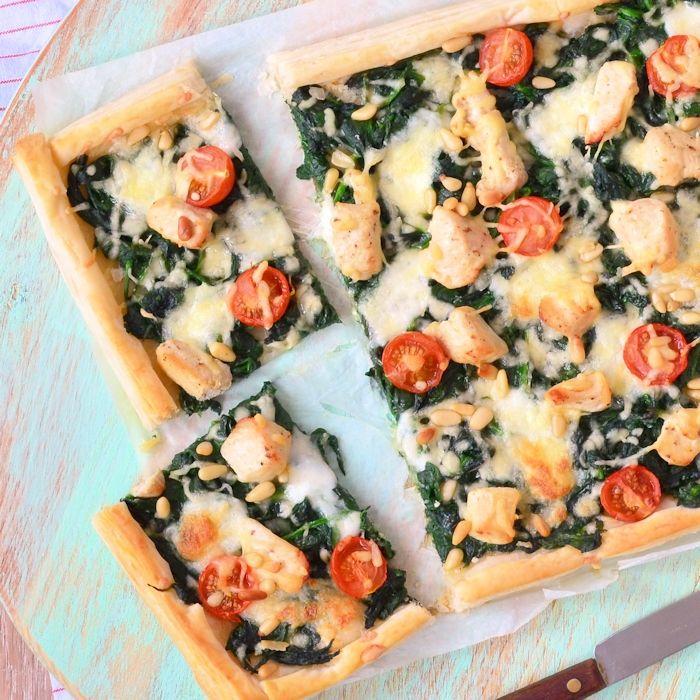 Deze plaattaart met spinazie en kip is heerlijk als avondmaal, maar ook bij de borrel of een buffet komt deze maaltijd goed tot zijn recht.