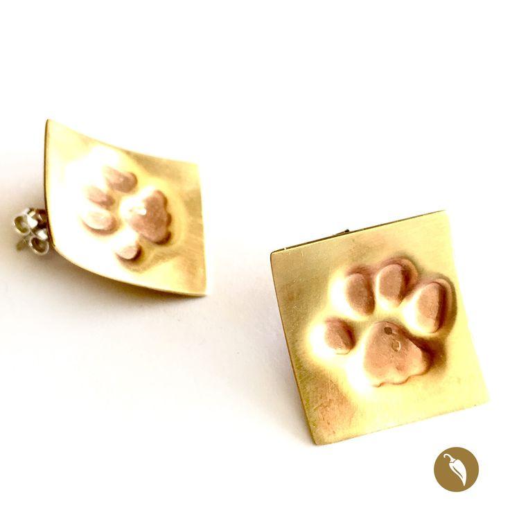 """Arosde cobre y bronceen que se distingue una huella gatunaenrelieve y estampada como rastro).Ya lo dijo Neruda en su Oda al gato""""(…) todoes inmundo para el inmaculado pie del gato"""" y Monoco lo sabe. La diseñadora es una admiradora de los felinos, de sus formasy sus movimientos. También de sus huellas, que estampa enestos anillos con especial encanto  Autor:Monoco Colección:Gatos Materiales::Bronce, cobre y plata Dimensiones:2 cm por 2 cm aprox Pieza única: Si"""