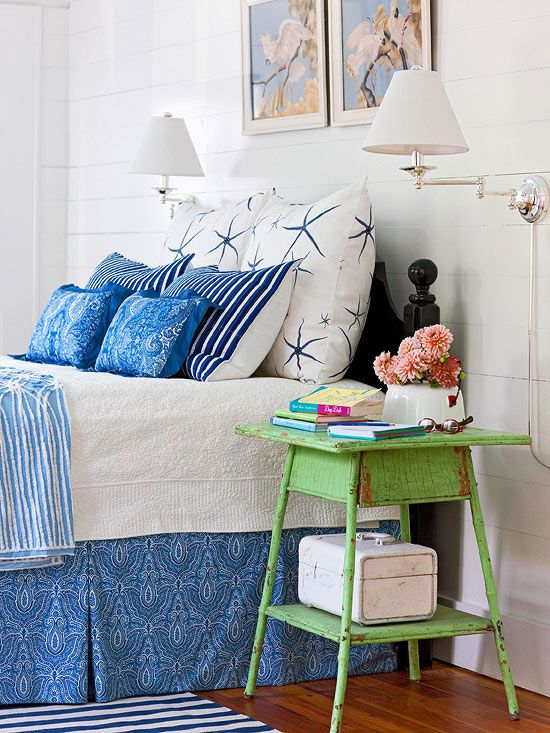 Dormitorio en azul, blanco y verde.