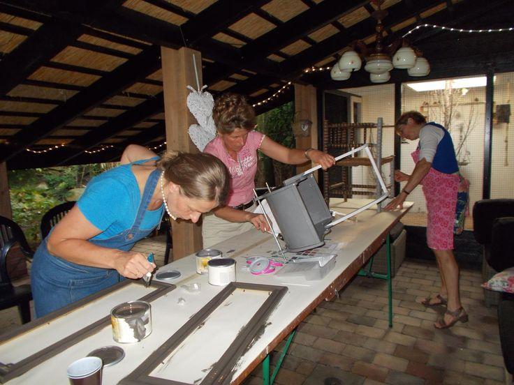 Op donderdag 20 juni bij zeer tropische temperaturen een heel gezellige en geslaagde workshop meubels pimpen met Mia Colore gegeven bij Schildersbedrijf Schuurman.