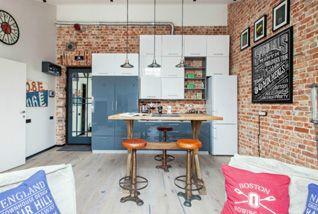 Odhalené cihlové zdi, zkosená střecha, stará nýbytek skvěle zkombinovaný s novým a moderním, krb v ložnici, evidentní láska majitele k...