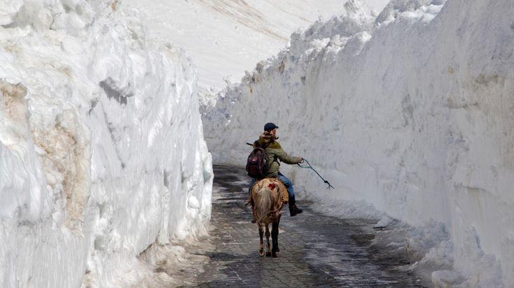 HIMALAYA. Un hombre a caballo recorre el paso de Zojila, a unos 110 kilómetros al norte de Srinagar, Cachemira, India, el sábado 30 de abril de 2016. La autopista nacional Srinagar-Leh Ladakh que conecta al Valle de Cachemira se volvió a abrir al tráfico después de permanecer cerrada durante casi seis meses. La carretera pasa a través del Zojila Pass, en lo mas alto de la cordillera del Himalaya. (AP / Dar Yasin)