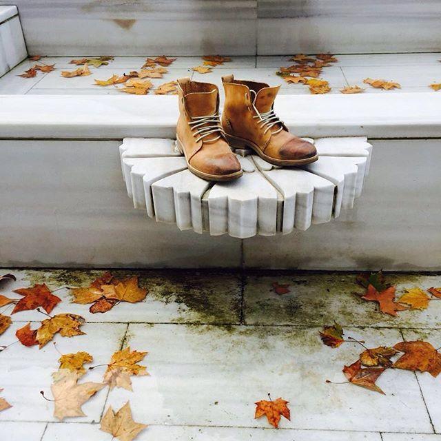Ботинки ручного шва Seam Shoes песочного цвета. Особенностью этих ботинок является то, что при их изготовлении не используются швейные машины. Всю работу мастер выполняет вручную. Оформить заказ можно написав нам в ватсап +79052116961, директ или на почту mislistudio@gmail.com mislistudio.commislistudio