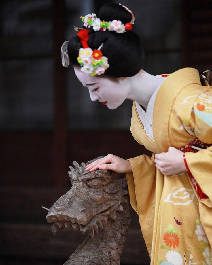 いいね!741件、コメント15件 ― Katsu H.さん(@kwc_photo)のInstagramアカウント: 「柳と龍 祇園甲部 まめ柳さん りゅうさん、ちょっと洒落てくれました #maiko #舞妓 #芸舞妓 #芸妓 #京都 #kyoto #japan #祇園甲部 #まめ柳 #龍 #東福寺」