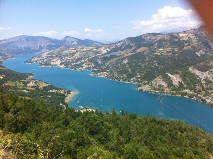 Lac de Serre-Ponçon ve městě Chorges, PACA