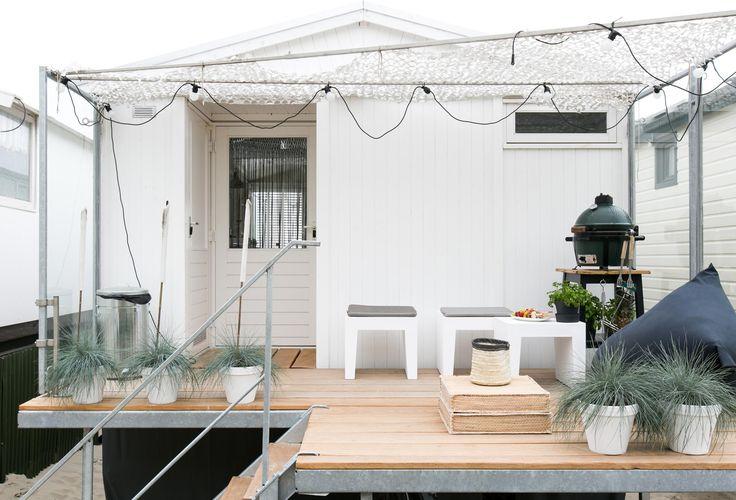 Ook de veranda van het strandhuisje van Jacqueline is onder handen genomen   Make-over door Marie-Gon Vos