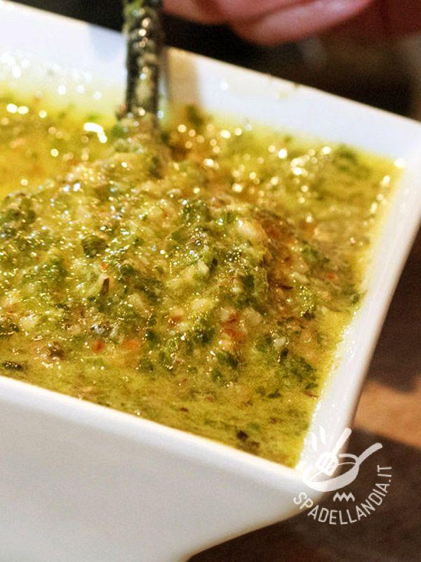 Hazelnut pesto - Il Pesto di nocciole è una golosa variante al solito pesto alla genovese e porta in tavola tutto il sapore delle nocciole.